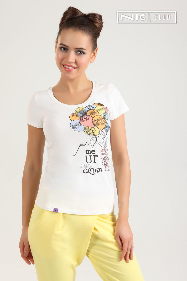 Трикотажная футболка Lolipop («Лолипоп») — с круглым воротом, полуприлегающего силуэта, на груди декорирована красочным принтом. Футболка выполнена из нежного хлопчатобумажного трикотажа средней плотности, представлена в универсальном молочном оттенке. Изделие отлично сочетается с брюками из той же коллекции, а также с другими вещами в стиле casual от Nic Club («Ник Клаб»).