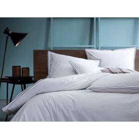 Le modèle Simplicité Chic pour apporter une certaine douceur à votre chambre. Housse de couette blanche avec petits volants indigo.