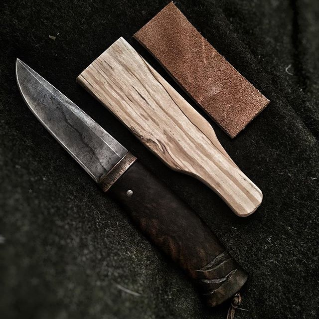 What am i doing right now? 🔪 . . . . . . . . . . . #bushcraft #sharp #arrow #mountains #food #nature #knife #archery #fire #traditional #bowdrill #scandinavian #axe #pukko #motivation #collection #edc #dream #kuksa #prepper #blade #army #forest #wild #sharpening #survival #leather #gear #maxpedition #strop