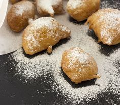 Smoutebollen of oliebollen zoals op de kermis. Met dit eenvoudig recept maak je ze gemakkelijk zelf. Lekker luchtig, lekker krokant en met veel bloemsuiker.
