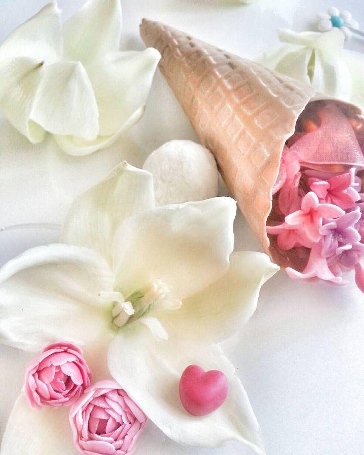 Şakayık ve leylak serisi... Supla üzeri dekorasyon külahım.  Külah gerçek değil porselen hamurundan ☺Kahve ve çiçek aşığı olunca ortaya doğal olarak bu çıkıyor. Külahlarımın içerisine lokum ve ya çikolata koyup kahvelerimin sunumunu bu şekilde yapıyorum.