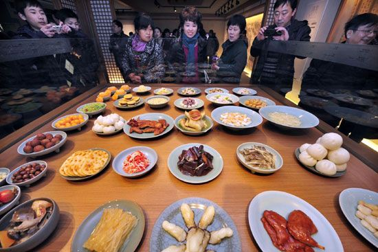 Visitors look at lifelike artificial dishes displayed at the Chinese Hangzhou Cuisine Museum in Hangzhou, exhibiting 110 cultural relics! #hangzhou #china #asia #travel #explore  #traveler #dishes #museum #cuisine