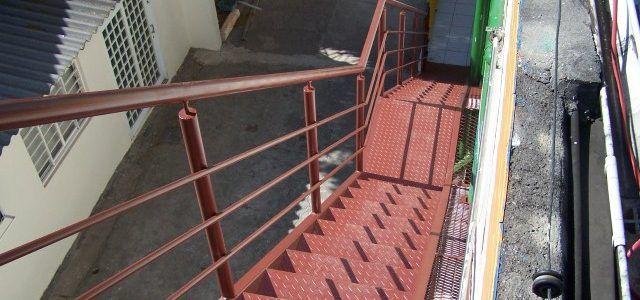 Escada de incêndio metálica