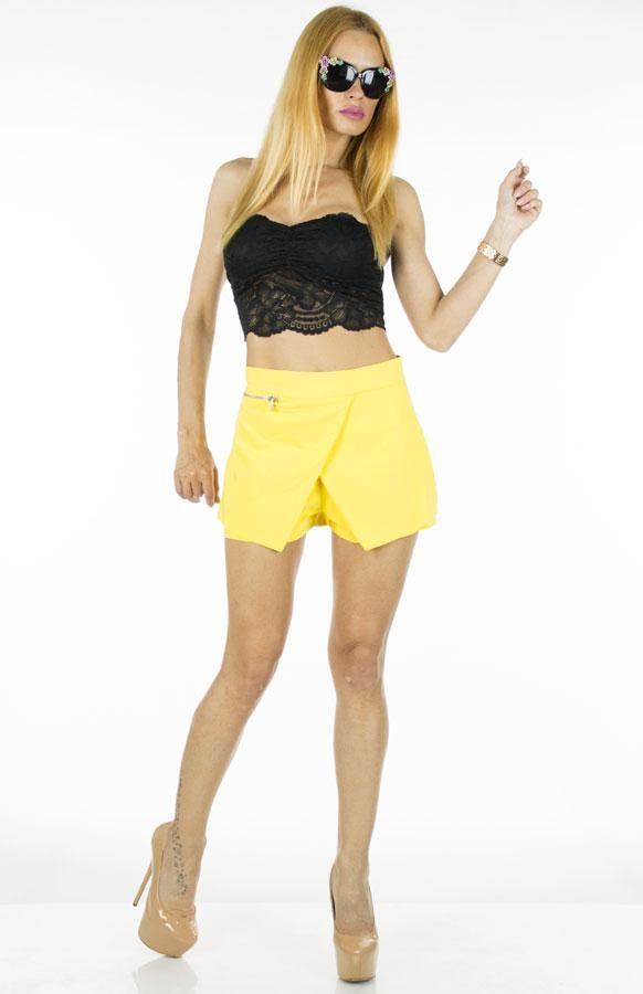 Pantaloni Dama Zipper  Pantaloni dama scurti taietura moderna si indrazneata ce va vor face cu siguranta remarcata.  Detaliu - se inchid cu fermoar la spate.     Latime talie: 35cm  Compozitie: 100%Poliester