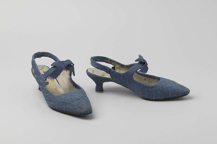 Etoile | Damesschoen van blauwe wol met band achter de hiel en wreefband met strik, Etoile, c. 1950 - c. 1960 | Damesschoen van blauwe wol met band achter de hiel en wreefband. Model: Slingback: spitse, afgeronde neus, blad uit één stuk stof. Halverwege de schoen een wreefband. Open hiel en band die achter de hiel langsloopt. De voorkant van de hak loopt in een afgeronde hoek recht naar beneden. De zijkant en achterkant van de hak loopt in een trechtervorm naar een smal uiteinde. De hak is…
