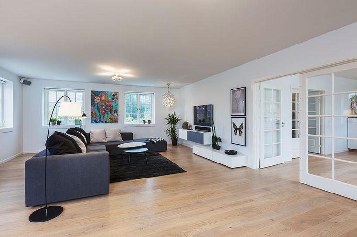 Klassisk stue med døre til køkken/alrum #huscompagniet #inspiration #indretning #husbyggeri #indretning #nybyg #husejer #nythus #stue