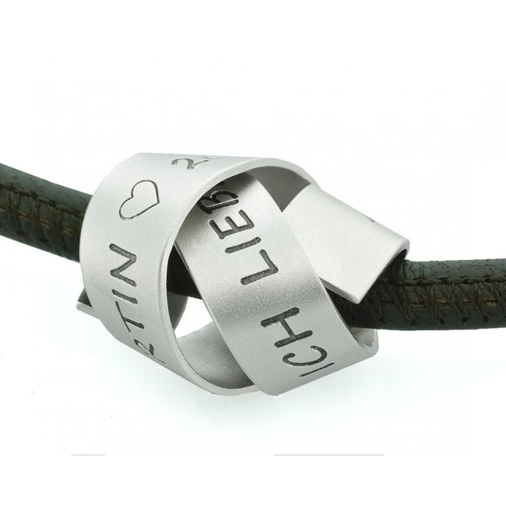 Eine schöne Herrenkette als Geschenk für den Liebsten oder den Papa. Der Anhänger hängt an einer sehr weichen Nappaleder Kette mit einem Bajonett Verschluss aus Edelstahl. Der Anhänger ist aus 925 Sterling Silber.
