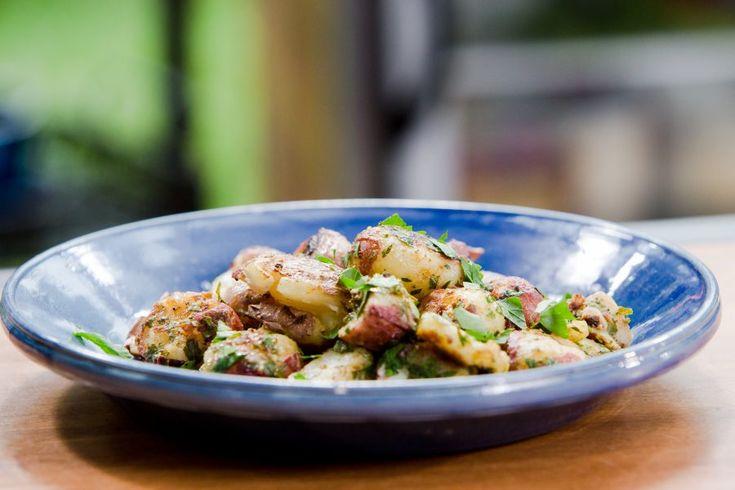 Puré de Papas asadas con vinagreta de comino tostado, una receta cortesía del programa Bobby Flay's Barbecue Addiction de Food Network...