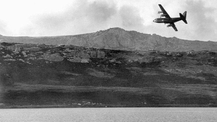 Un avión militar de la Fuerza Aérea argentina, modelo Hércules C-130, vuela con rumbo a Puerto Argentino en mayo de 1982 (AFP)