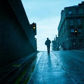Benoît Grimalt est un photographe facétieux et toujours là où l'on ne l'attend pas. Ses photographies sont construites dans le même esprit :  en décalage et pourquoi pas en contre-jour puisque la lumière bleu profond ce jour-là est avec lui. Le Rolleiflex qu'il utilise capture tous les détails, du sol humide aux minces nuages du ciel et offre un contraste qui accompagne cette perspective magnifique.