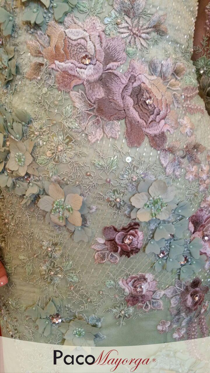 Diseño de gran gala para mamá de la novia en encaje color verde manzana con apliques de hilo en tonos rosa y rebordado en pedrería y cristal swarovski