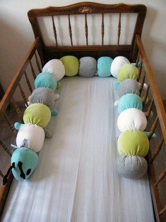 Tour de lit pour bébé sous forme de chenille aux anneaux bien rembourrés.  Exemple  (1ère photo) : Tête bleu turquoise, queue gris et 14 anneaux turquoise, blanc, vert amand - 19888379