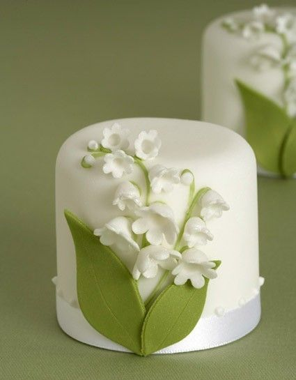 lily of the valley mini cakes, cakelettes I would love this on every table