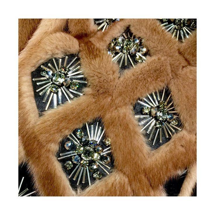 Следующей зимой на шубках будут очень популярны разные вышивки, инкрустации, украшения и вобще все сложные работы по меху, которые можно будет выполнить только вручную! Как вам? Нравится??