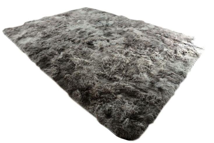 Najmodniejsze pluszowe dywany koloru szarego