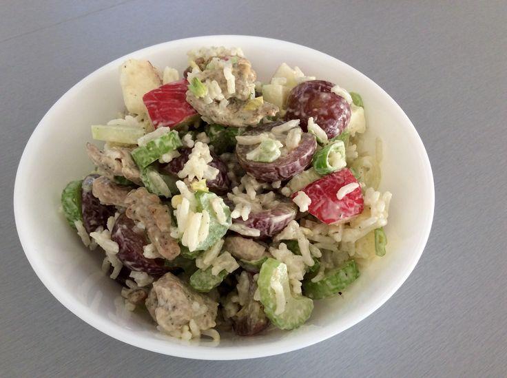 Salát z řapíkatého celeru, hroznového vína, jablek, rýže, krůtího masa na bylinkách a domácí majonézy