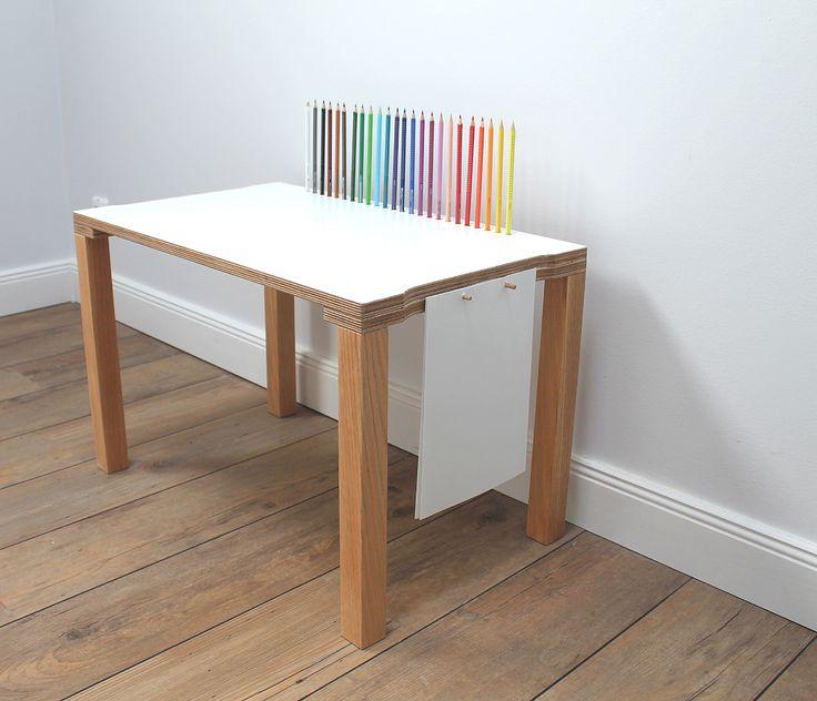 Elegant  Buntstifte finden Ihren Platz auf der Schreibfl che u An der Seite des Tisches sind jeweils zwei mm D bel angebracht Durch einen normalen Locher kann