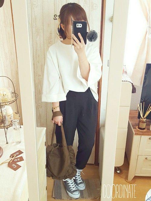 袖が広がったトップスとテーパードパンツのシンプルなモノトーンコーデですね。足元にはスニーカーを取り入れると、カジュアルさもプラスできます。袖口が広くなっているトップスは、2017年の春もトレンドですよ。