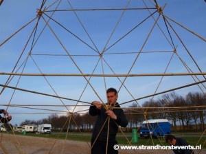 Het bouwen van bamboe torens is een echte teambuilding activiteit! Hierbij komt het aan op overleg, tactiek en uiteraard de goede technieken. Het doel is om met behulp van lange bamboe stokken en speciale bevestigingsmiddelen een zo hoog mogelijke toren te bouwen. Er zijn groepen die een toren bouwen van wel meer dan 15 mtr hoog!!