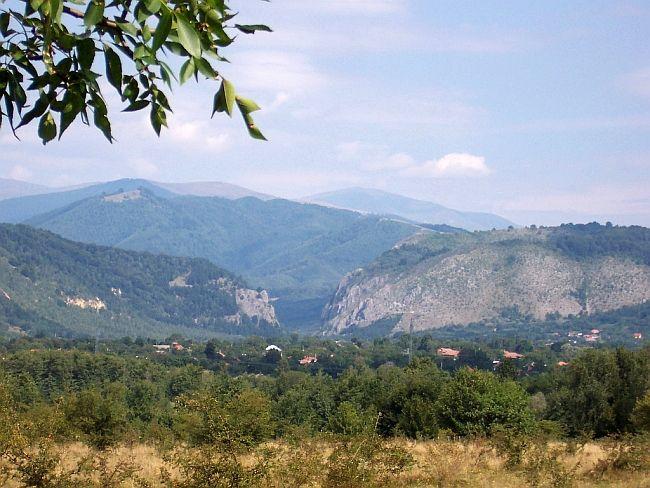 Polovragi, comuna aflata la 50 kilometri de Targu Jiu, dupa Horezu si Maldaresti se afla asezata in Depresiunea Polovragi, numita si Oltenia de sub munte, zona cu stravechi vestigii istorice.