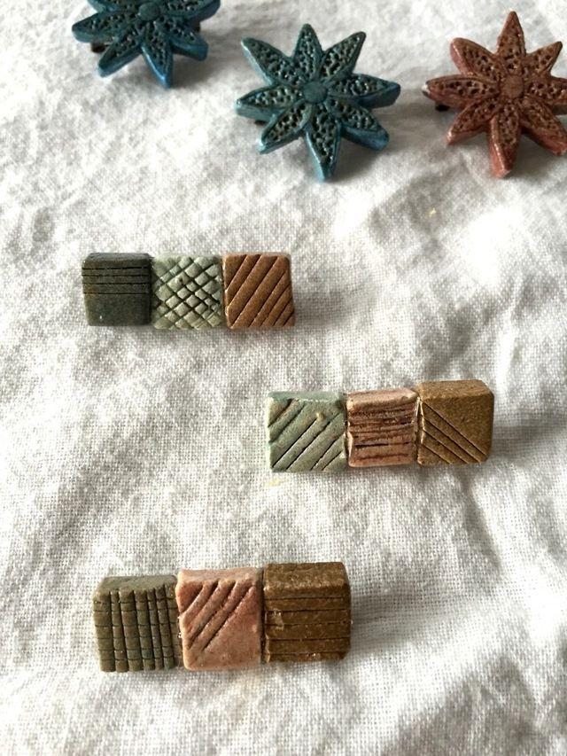 四角い石を作っていたら、キャラメルっぽくなりました。なので、キャラメルブローチです。オーブン粘土で出来ています。小ぶりのものが多いので、ニットにさらっとつけて欲しいです。同じものは他に作れません。ご希望のアルファベットを必ずご記入ください。ラインで消しているものは、売り切れです。***サイズ:サイズはバラバラになります。大体横の長さが3.5cmくらいになります。*その他のブローチも販売中です...