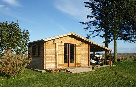 Sous le soleil de Normandie, un abri de jardin Maisonelle abrite un side car #cabanon