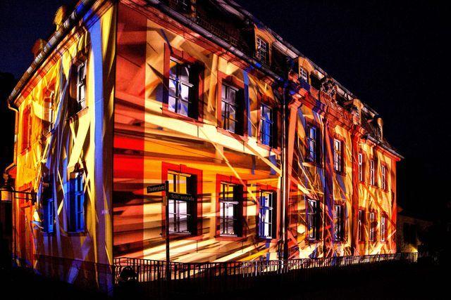 El mapping está de moda: Qué es y cómo se hace: Foto de una obra de video mapping projectada sobre una fachada arquitectónica.