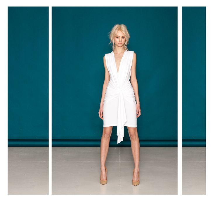 Dzianinowa sukienka z marszczeniami.  Model dostępny w dwóch odcieniach ecru i szarym.