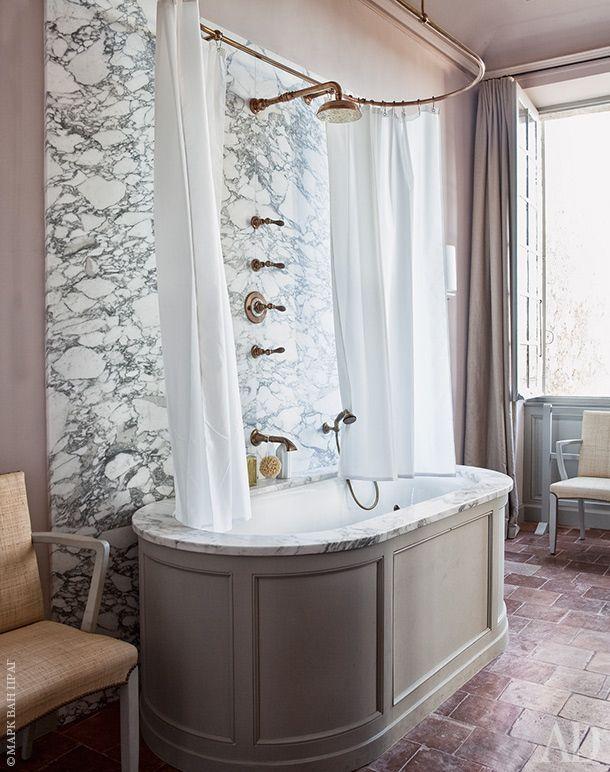 Гостевая ванная. Стена облицована мрамором арабескато. Краны и другая фурнитура…