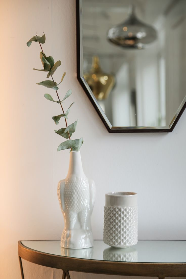 Jørn Ørn & Brodd Facettvase from the norwegian brand Ment. Mirror from danish Novel Cabinet Makers and consolable from danish Jens Lyngsøe Interieur.  Photo by Sonoma Seven / www.sonomaseven.dk