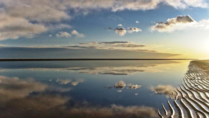 """Un bimbo giocava in una spiaggia e trovò un vecchio che scriveva sulla sabbia la parola """"amore"""" ... Nn appena finiva arrivava un'onda e la cancellava... Il bimbo si fermò ad osservare il vecchio per molto tempo il sole cominciava a calare... Ma il vecchio imperterrito scrivev"""