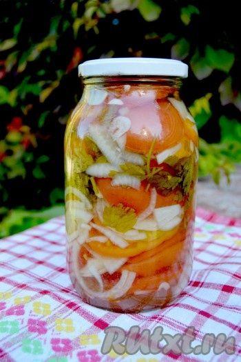 После остывания банку убрать на хранение. Такой салат из помидоров с луком прекрасно хранится не только до зимы, но и в течение 1 года и больше.