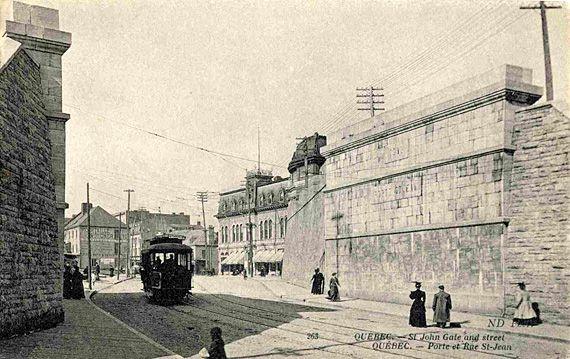 En 1907, le tramway passe à l'emplacement de l'ancienne porte Saint-Jean, démolie en 1897. Non loin, à droite, se trouvent l'Auditorium de Québec