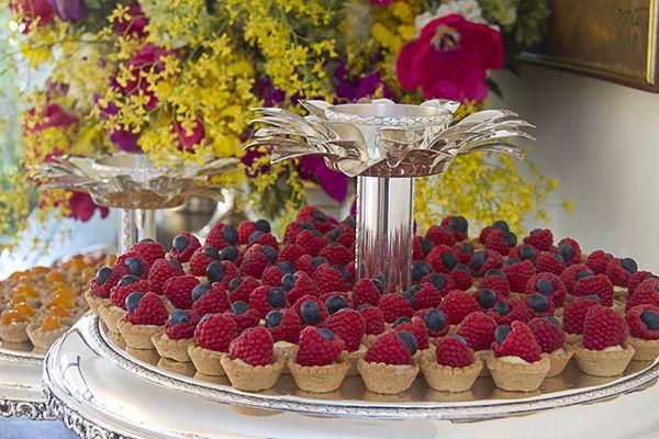 Tortinhas de framboesa com blueberry para um casamento feito em casa.