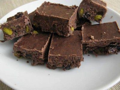 Шоколад , самый натуральный (сыроедение) какао-бобы -100 гр , масло -какао - 80-100 гр , изюм , фисташки - по вкусу сироп топинамбура , агавы , корица, ваниль - по вкусу. Какао-масло растопить на водяной бане , какао-бобы измельчить в кофемолке , фисташки порубить ножом или в измельчителе. Все ингредиенты смешать , вылить в форму , застеленную пищевой пленкой , отправить в холодильник для застывания на 1-2 часа. И все