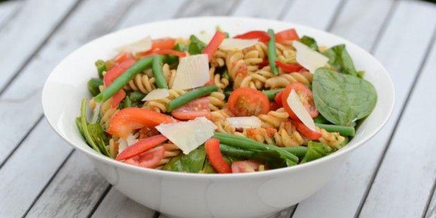 Pastasalaten er fyldt med rød pesto, basilikum, persille og en masse dejlige grøntsager.