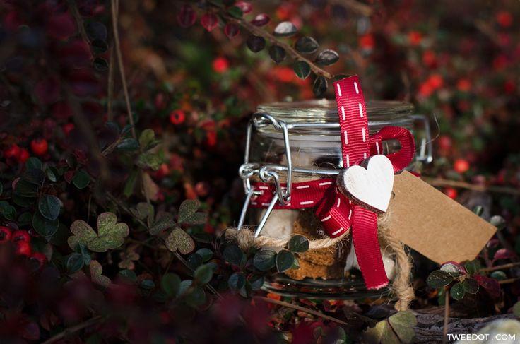 Scopri le mie idee regalo Natale fai da te per confezionare regali originali ed economici. Zollette di zucchero in vasetto per dei barattoli da regalare.