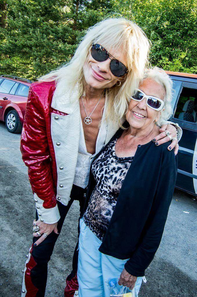 88-vuotias Ruisrockin konkari Eila Siimes tapasi idolinsa Michael Monroen Ruisrockin backstagella.