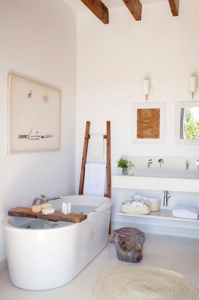 Touches de bois dans une salle de bains contemporaine
