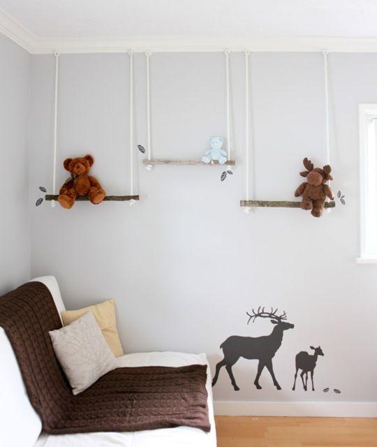 Idea para exponer los peluches : Que idea tan fabulosa, una forma diferente de exponer tus peluches, tenerlos siempre a mano y decorar el dormitorio del bebé. Crea unos estantes con ramas