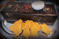 Suklaakakku ja lyyra-pikkuleivät.