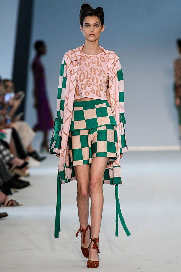 A variedade de padrões (poá, losango, xadrez, quadriculado, onça) e cores é forte