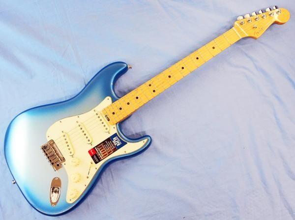 ■商品説明 Fender AMERICAN ELITE STRATOCASTER MN SBM アメリカンエリートストラトキャスターは、現代のミュージシャンの為の楽器と言えます。 伝統的なスタイルとモダンなサウンド。最高の弾き心地と多彩なサウンドを体感できるギターです。 アメリカン エリート シリーズすべてに搭載されている第4世代ノイズレスピックアップ。ノイズレス且つヴィンテージスタイルのサウンドをアウトプット。このピック アップは、これまでのフェンダーピックアップの中でも最高峰に位置し、洗練された響きや