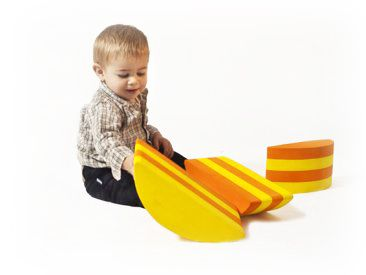 Its function is to develop motor skills and the ability of children to estimate distances and heights. This three piece set helps children develop motor skills by crawling, walking or swinging on the Piedritas. #toys #motor skills