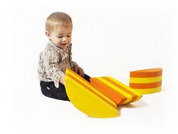 """Piedritas Este conjunto de """"piedritas"""" de forma semi cilíndrica se utiliza para que los niños salten de uno al otro, o se balanceen. Puede usarse con la curvatura hacia arriba o hacia abajo para trabajar la motricidad y el equilibrio. Su función es desarrollar la habilidad de los niños a estimar distancias y alturas."""