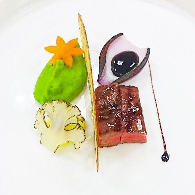 Striploin, smoked mashed green peas, Espuma cauliflower, marinated red onion, red wine sauce