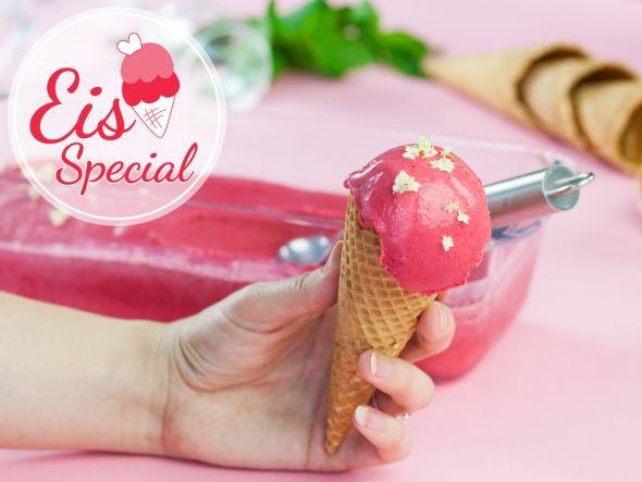 Hugo-Eis - es ist pink, mit Sekt und Blümchen. Was will ein Mädchen mehr? Wir haben das perfekteRezept für den Mädelsabend.