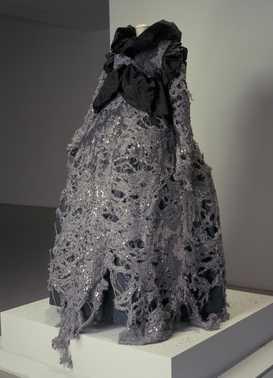 CMU  Hyères: paillettenjurk (1993)  Viktor & Rolf. Grijze wollen jersey, machinaal geborduurd met pailletten; zwart polyester.