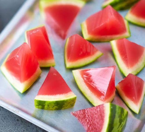 Verwen je gasten met een origineel drankje! Watermeloen jello shots zijn het van het deze zomer en zo maak jij ze zelf!