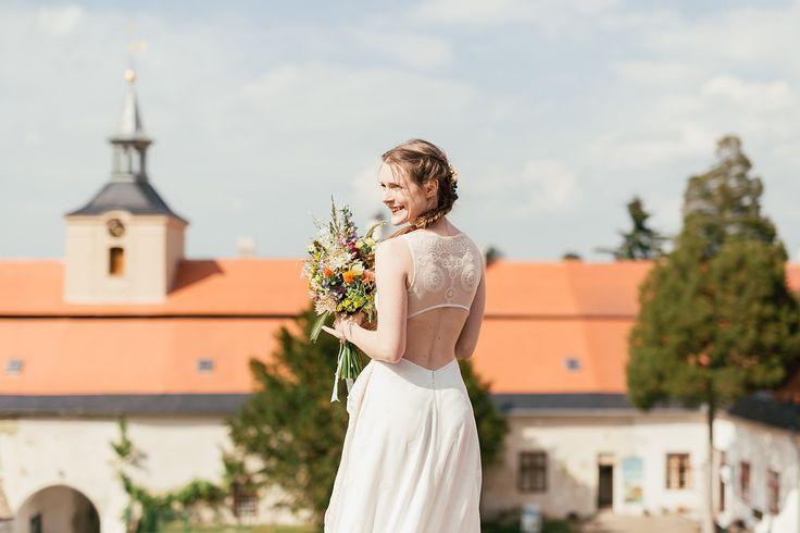 Backless wedding dress.  foto: www.bilacerna.cz